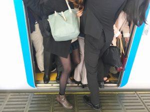 朝のラッシュ満員電車